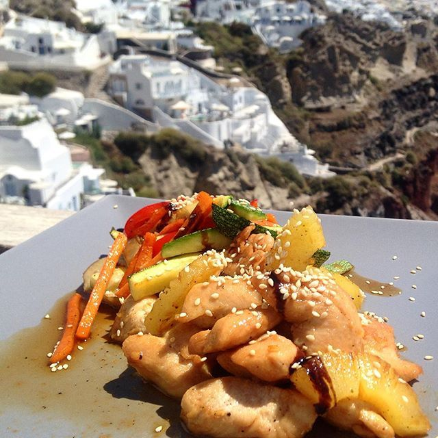 What's better than enjoying your lunch with that view? #ArtMaisons #Santorini #Gastronomy  Photo credits: @fashionfoodforyou