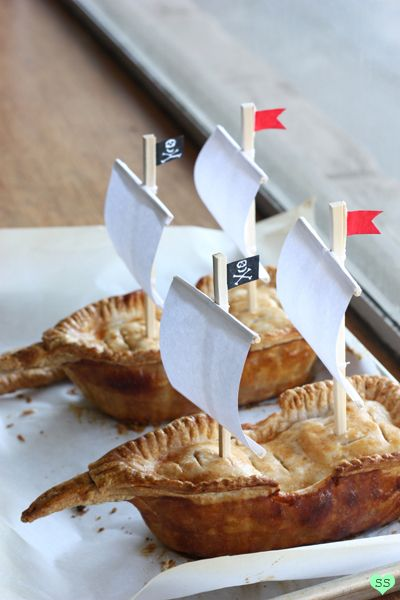 OMG!!! LOVE THESE!! Pirate ships made of apple pie, made in mini loaf pans modified with tin-foil! So dying of how cute they are!