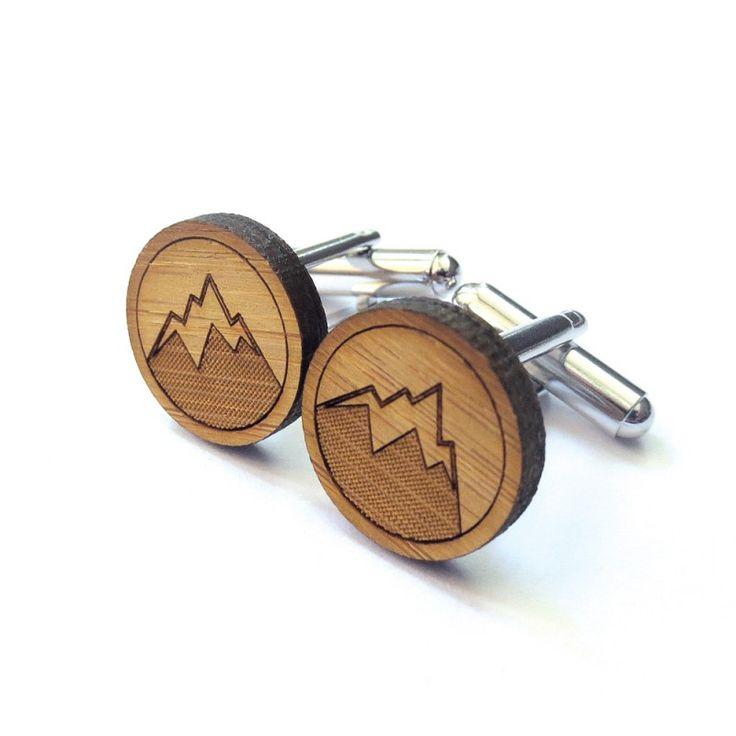 Boutons de manchette en bois motif Montagne Cabin + Cub. Découvrez toute la collection à 16€.