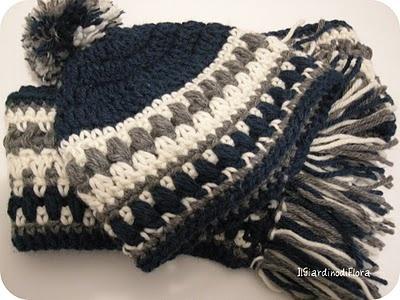 Sciarpa e cappello di lana all'uncinetto per bambino