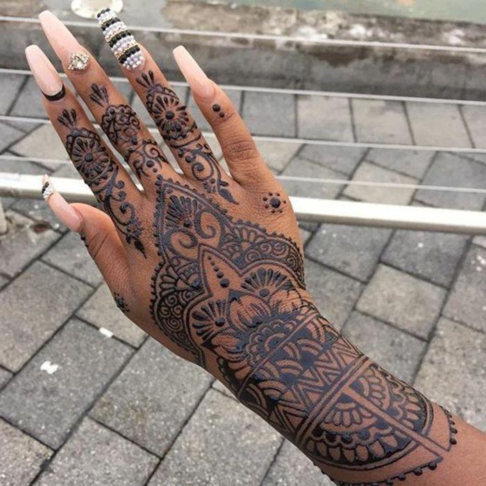 tattoo vorlage henna tattoo wird am besten von tollen maniküren ergänzt perfekte hand nageldesign