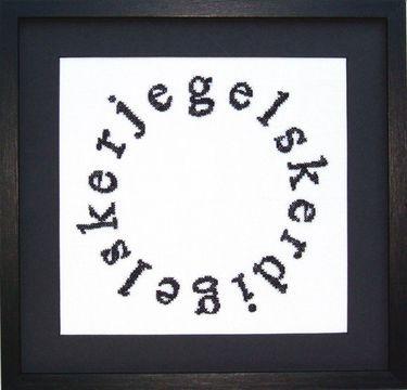 15-70-0315 Broderipakning - Billede - Jeg elsker dig  Fru Zippe - design Anni Gamborg   Str. 19 x 20 cm.   Broderes med korssting på hørlærred bleget 10.5 tråde pr cm. efter sort/hvidt tællemønster.    Pakningen indeholder billede, stof, mønster og blomstret bomuld garn samt en nål Rammen medfølger ikke.