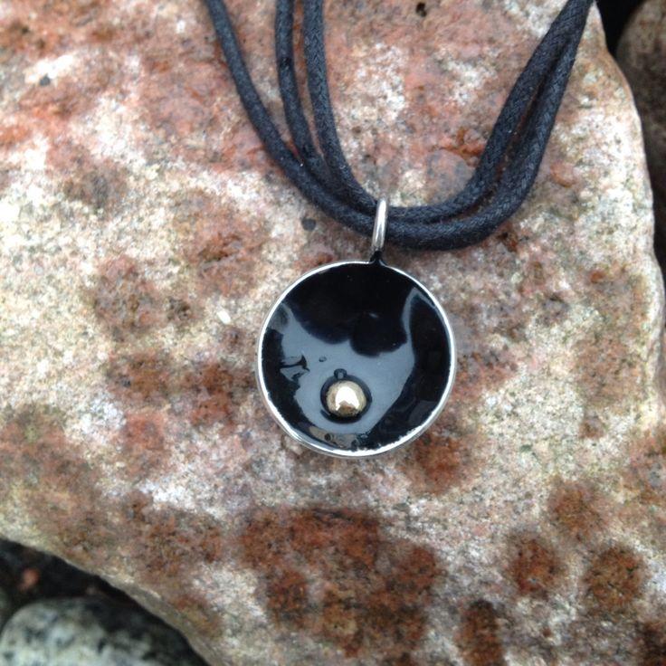 Hänge, silver, guldplupp och svart emalj