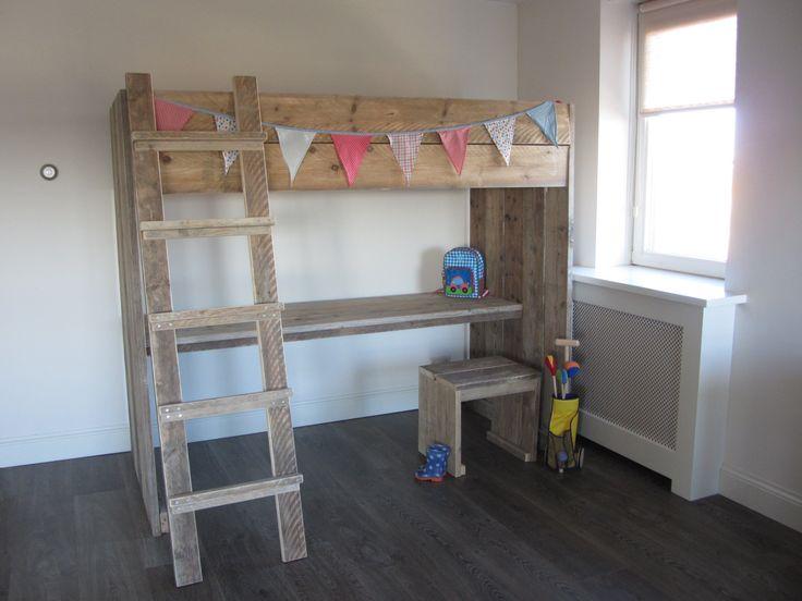 Steigerhouten hoogslaper met bureau en kruk! Ideaal voor kleine slaapkamers!