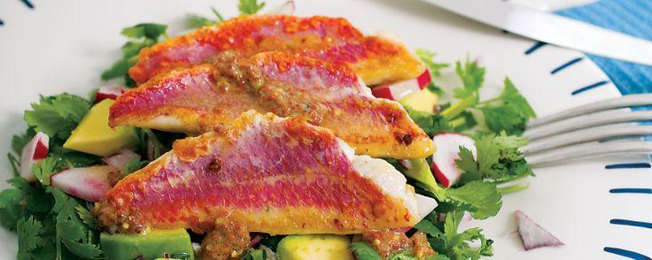 Τα Μπαρμπούνια κρασάτα τρώγονται ευχάριστα χάρις στο μαρινάρισμα που κάνουμε πριν ρίξουμε τα ψάρια στο τηγάνι και παίρνουν το άρωμα από το μαρινάρισμα.