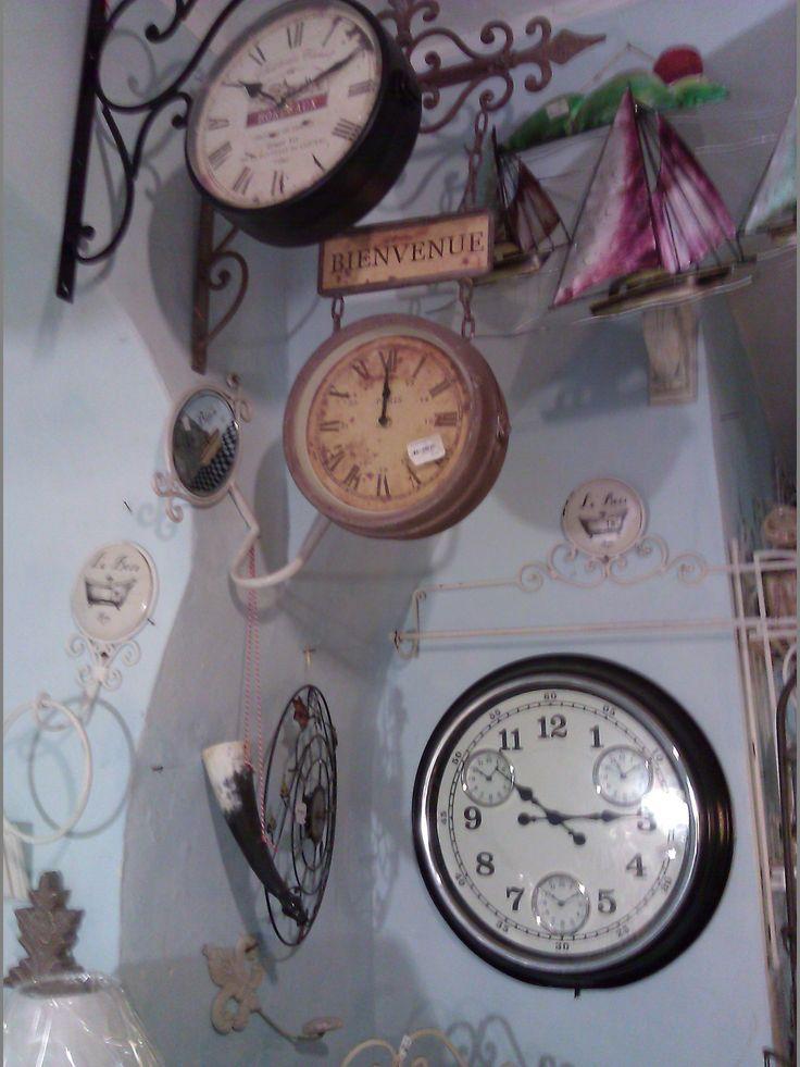 Orologi vecchi e nuovi in  stile shabby chic