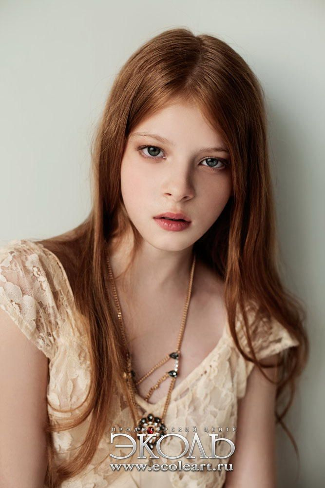 redhead-freckled-short-skirt