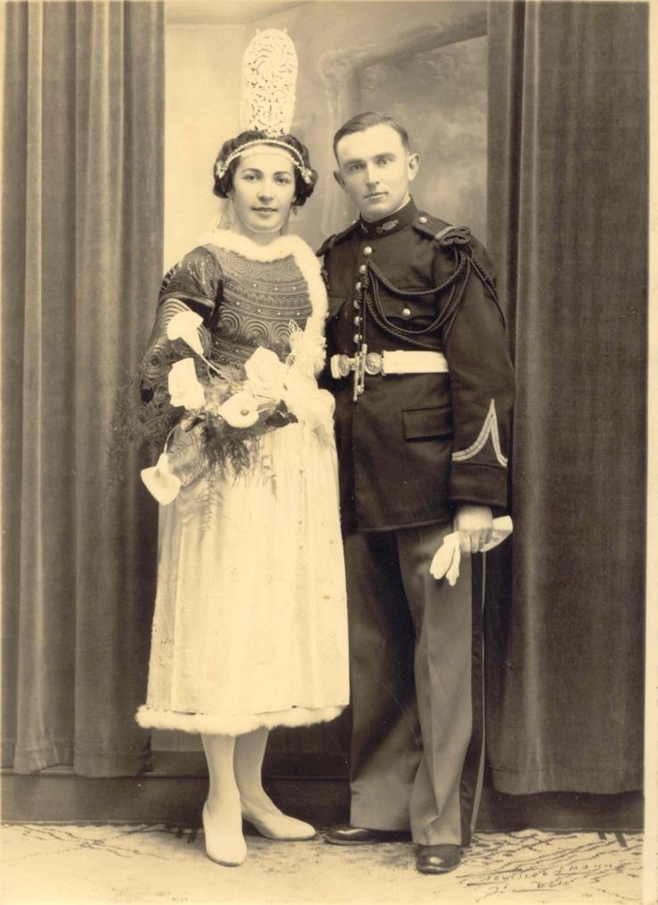 Le gendarme en uniforme, sa jeune épouse en costume breton