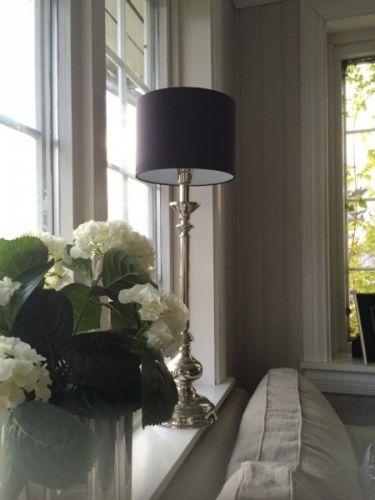 Nydelig og meget elegant lampefot i nikkel, laget i en tidløs design.Lampen er å…