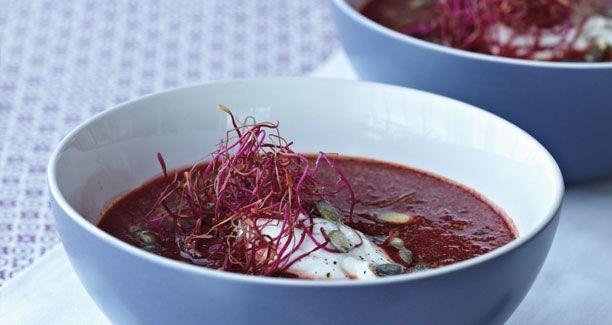 Rødbeder er både flotte og sunde og i denne lækre suppe får du glæde af begge egenskaber