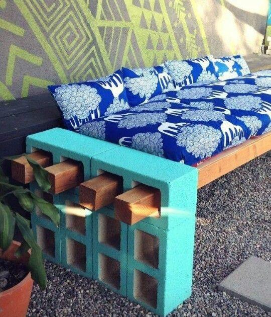 DIY banca para tu jardín con viejos blocks: dales un toque divertido al agregarles algo de color. www.florama.mx