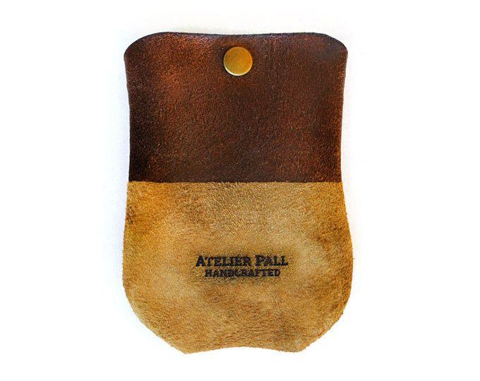 Manga de auriculares por AtelierPall monedero redondo mínimo la cartera de cuero en color marrón