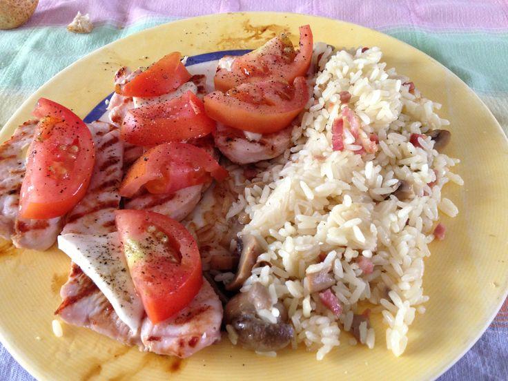 Filetes de pavo a la plancha con queso fresco y tomate. Acompañado de arroz con champiñones y taquitos de jamón.