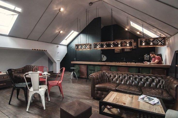 combles-amenages-loft-canapes-chesterfield-chaises-industrielles-tolix-a-classiques
