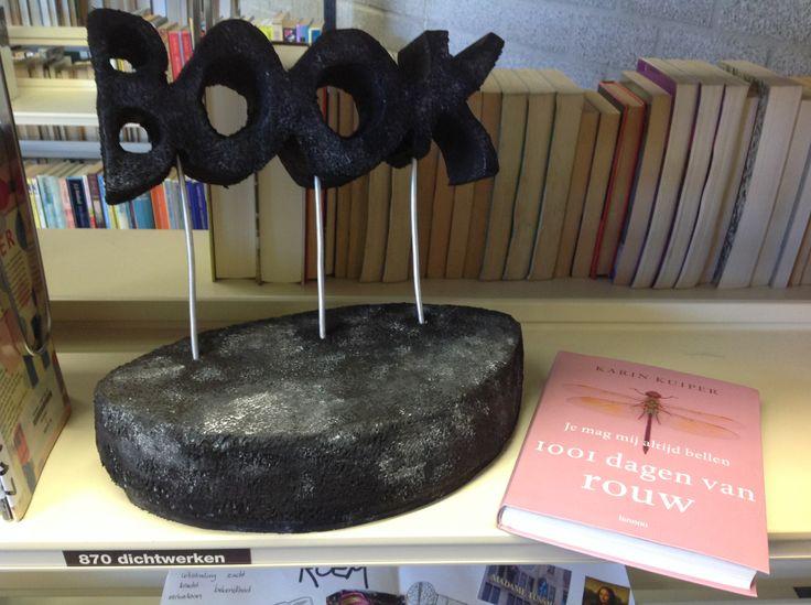 """VMBO GT CPE Beeldend 2014. Thema: ROEM. Opdracht: """"Maak een ereteken voor..."""". De leerling zegt: Het is een boek-award voor de schrijfster Karin Kuiper. Vanwege haar mooie boek '1001 dagen van rouw'."""