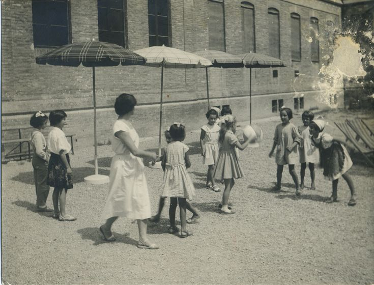 Bambini e bambine, colti in um momento di svago, della scuola elementare di Budrio.