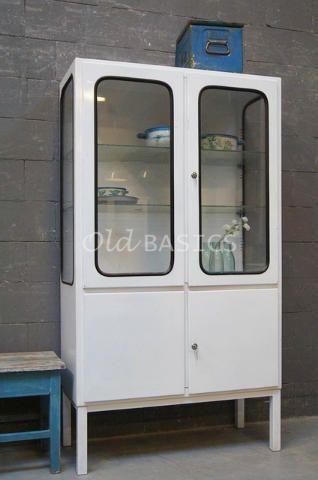 Apothekerskast 10205 - Industriële oude apothekerskast, wit van kleur. Deze retro kast heeft zwarte rubberen randen om het glas, dit geeft een stoere look. Achter de glazen deuren twee verstelbare legplanken.