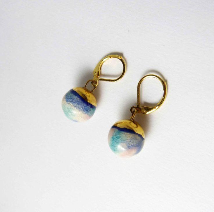 Ceramic earrings, turquoise bowls with gold hat. Boucles d'oreilles céramique, boules turquoise et chapeau d'or. de la boutique Tanaart sur Etsy