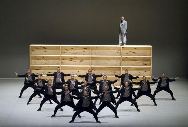 「Sutra(スートラ)」初来日公演   オーチャードホール   Bunkamura世界で唯一認定される本家少林寺の鍛え抜かれた武僧19名による一糸乱れぬ群舞と迫力のアクロバット、華麗な舞台演出、弦楽・パーカッションのアンサンブルによる躍動感あふれるライブ演奏― 舞台ファンのみならず、大人から子供まで幅広い観客を魅了し、世界各国で空前のヒットを続ける「SUTRA(スートラ)」。  ダンス界で今最も注目を浴びるシディ・ラルビ・シェルカゥイ(森山未來主演 舞台「テヅカ」、「プルートゥ」演出)が、実際に少林寺に2か月もの間滞在し、現在も厳しい戒律に沿って修行を続ける現役の武僧たちとともに、国や文化の違いを超えて創り上げたパフォーマンスである。 ステージ上で変化し続ける驚愕の舞台セットは、現代美術界で最も権威ある賞のひとつ、英ターナー賞受賞作家アントニー・ゴームリーが手掛けた。最高のスターたちが結集する超一流のエンターテインメント・ダンス作品が、遂に待望の初来日を果たす。