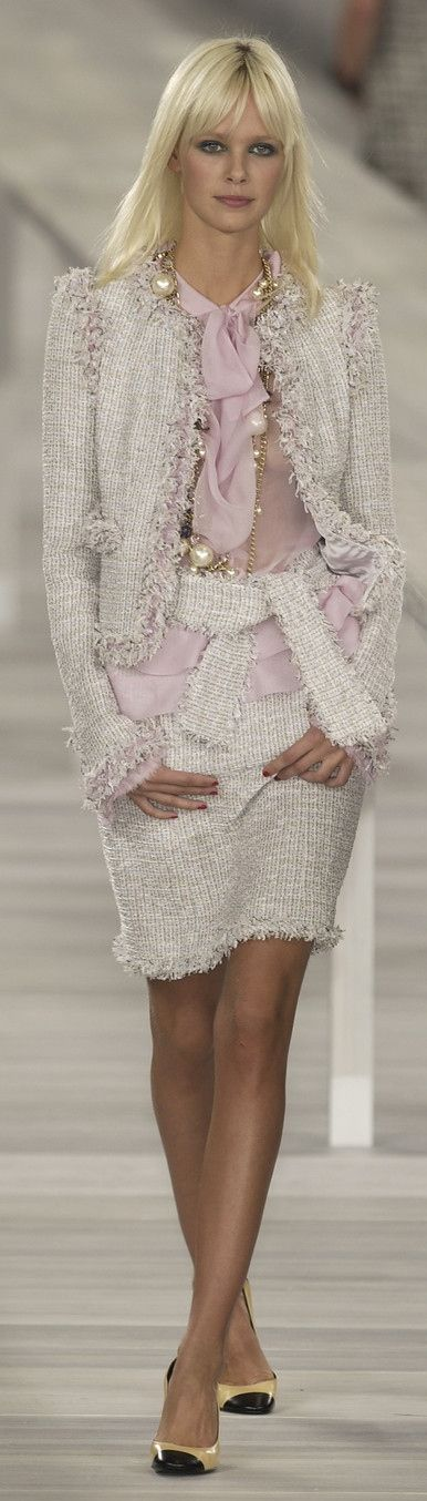 <3Chanel ~ Spring White Knit Skirt Suit 2009                                                                                                                                                                                 More