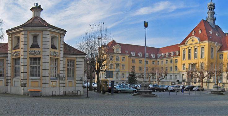 Rathaus und Markthalle (links) in Herford, Kreis Herford, Nordrhein-Westfalen. von TUBS lizensiert durch CC BY 3.0