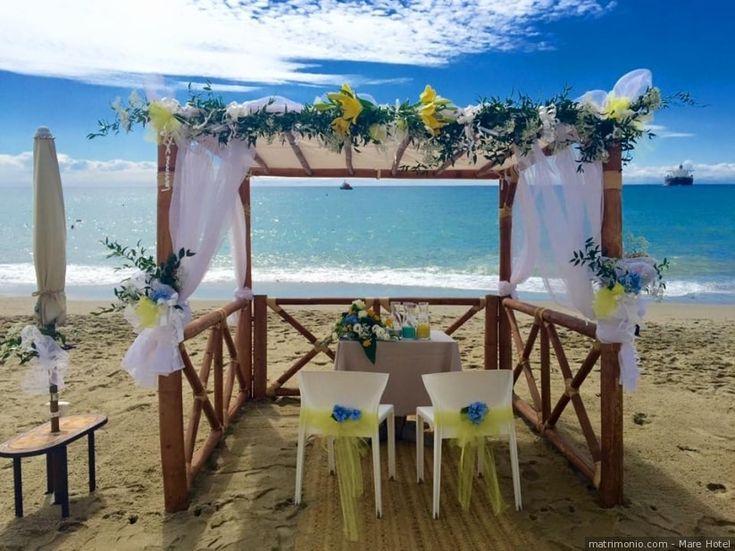 Decorazioni di nozze per rito civile in spiaggia per un matrimonio di color giallo