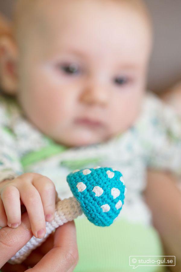 En skallra är kul för de allra minsta. Nyfikna fingrar greppar runt flugsvampsskallran och ljudet stimulerar babyn. Du behöver: Bomullsgarn Cotton 8/4 från Stoff och Stil Virknål nr3 Bjällra Stoppvadd Gör så här: Virka i spiral. Muscherna virkas med vitt garn som får löpa med mellan prickarna, bildbeskrivning på musch finns längre ner i inlägget.…
