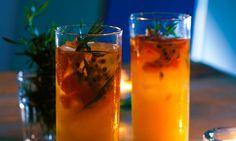 Sangria de abacaxi, uma receita com paladares frescos de ervas aromáticas e especiarias, com ou sem vinho.