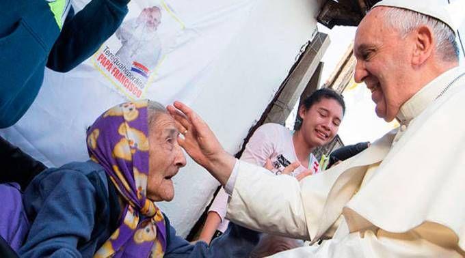 El Papa Francisco bendice a una anciana durante su viaje a Paraguay / Foto: L'Osservatore Romano