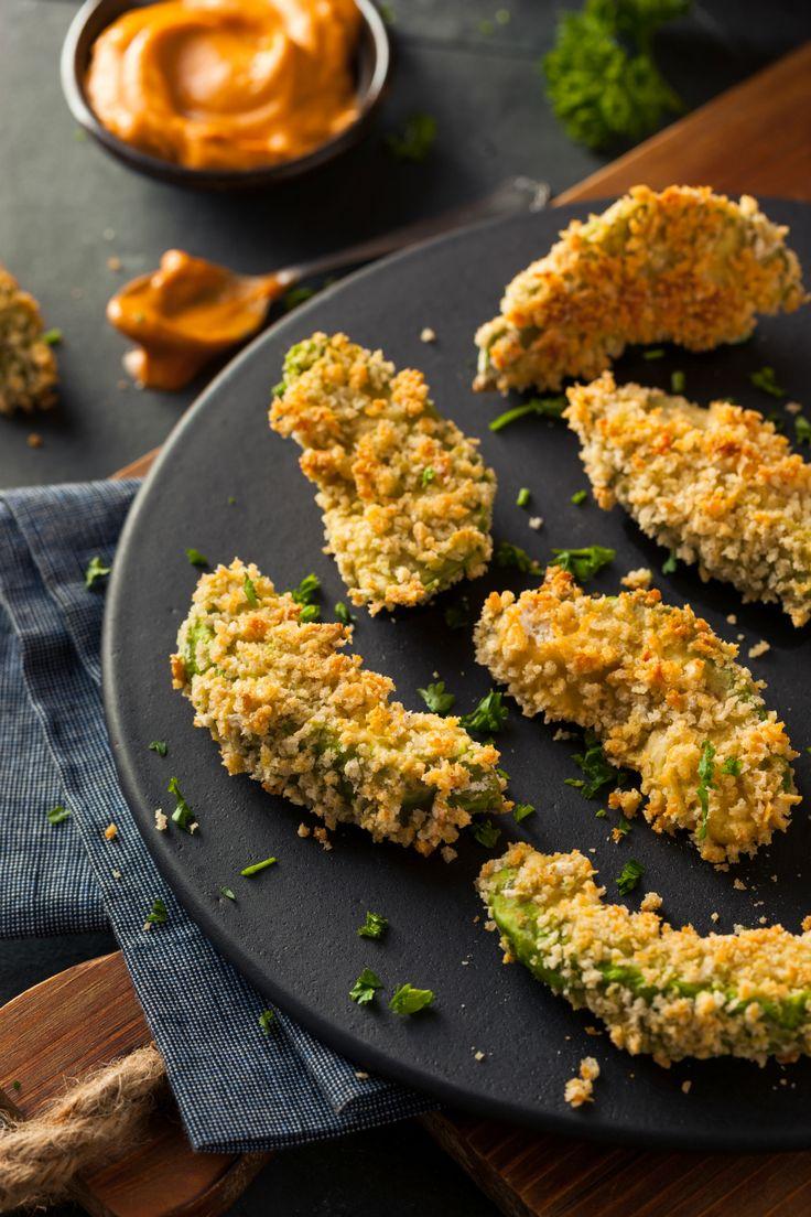 Op meerdere culinaire websites kwamen wij ze tegen: avocado frietjes. Het klinkt gek, maar het is een echte traktatie…! Gebruik hiervoor rijpe avocado's, die nog een beetje stevig zijn. Snijd in plakjes van twee à drie centimeter dik en verwarm je oven voor op 210 graden. Meng de bloem met het zout in een schaal.Doe …
