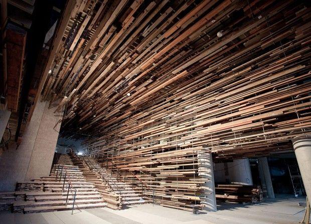 L'équipe du cabinet australien March Studio est en train de terminer les travaux de cet incroyable escalier intérieur et de l'entrée du bâtiment Nishi à Canberra, en Australie.