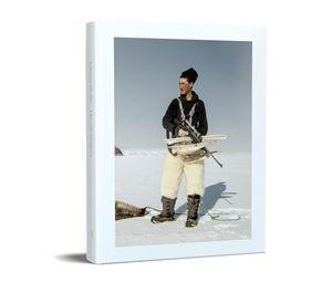 Grønland har i mange år været en kilde til fascination og inspiration for fotografen Henrik Saxgren, og han har gennem flere år opsøgt det nordligste Grønland og her fundet stof til et nyt fotografisk værk, Ultima Thule. På Grønland finder Saxgren mål for sin kunstneriske søgen i samspillet mellem naturen og fangernes farefulde liv. Med en blanding af nysgerrighed og nøgtern undren skildrer han deres færd og deres jagt på havet og på isen, han viser den tavse, monumentale, storladne natur…