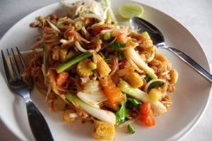 If you have a gluten allergy, or just want to try to eat gluten-free for a change of pace, this gluten-free recipe is a great option. Elisabeth Hasselbeck suffers from Celiac disease, and her cookbook features lots of delicious gluten-free dishes, including this Asian favorite, veggie pad thai.