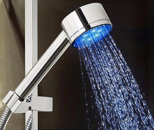 Sehr schöner LED Duschkopf mit wechselnden Farben - der LED Duschkopf wechselt die Farbe je nach Temperatur, ohne Batterien oder ein Ladegerät, da die Beleuchtung durch Wasserdruck aktiviert wird. Ohne Zweifel ist es ein erstaunliches Gerät mit einem ungewöhnlichen und attraktiven Design, das einen einzigartigen, innovativen und dekorativen Effekt in jedem Badezimmer erzeugt.