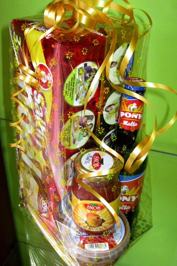 Un buen detalle para cualquier Colombiano. Contiene Galletas Saltín Noel Tradicionales, Galletas Saltín Noel Queso y Mantequilla, Malta India, Mermelada de Guayaba y Dulce de Leche.