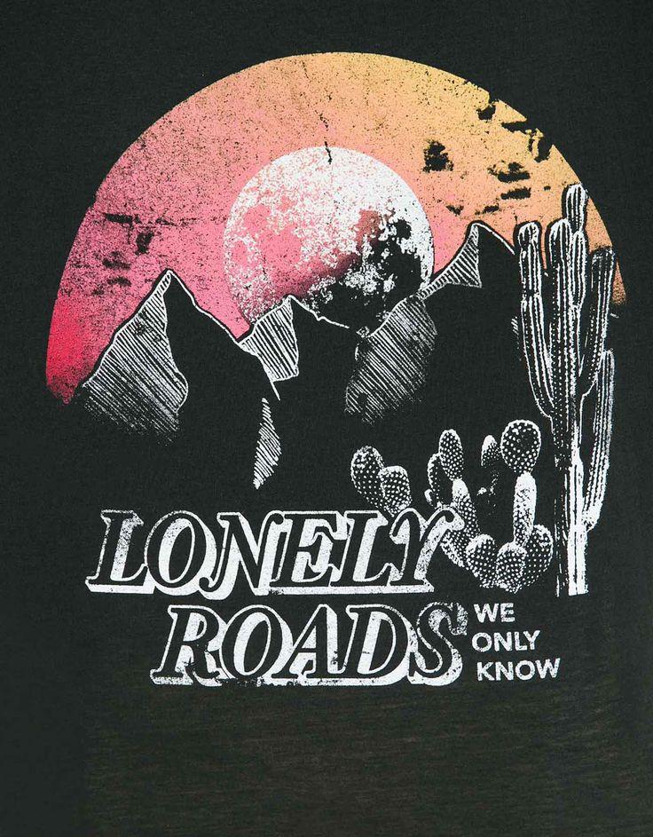 Shirt mit seitlichen Fransen 'Lonely Roads'. Entdecken Sie diese und viele andere Kleidungsstücke in Bershka unter neue Produkte jede Woche