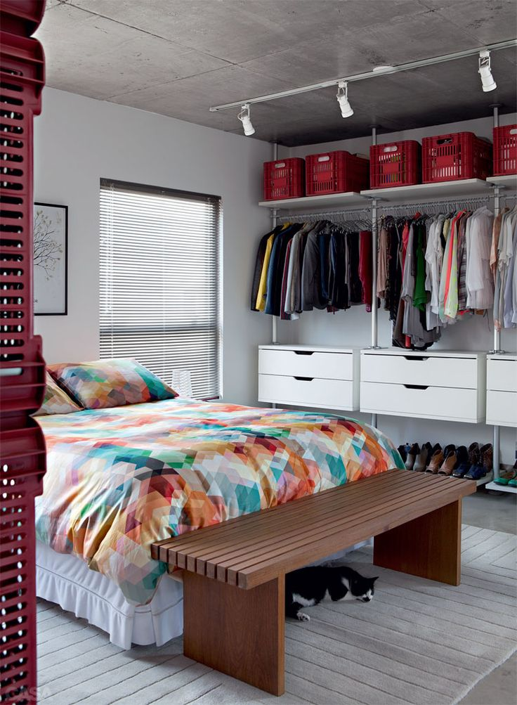 Apartamento de 70 m² investe em estante para dividir ambientes - Casa
