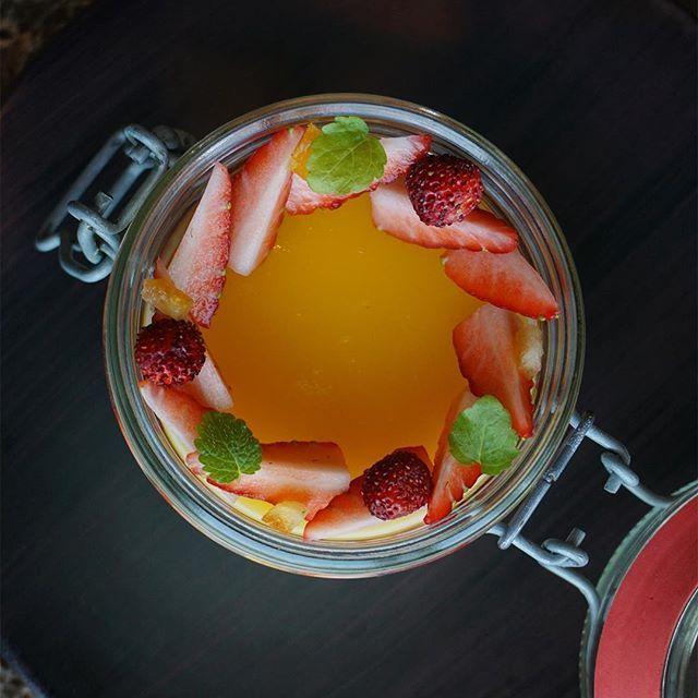 Lemon, Passion fruit and strawberries 🍋🍃🍓 #fourseasons #hotel #hongkong #caprice #bar #lemon #cream #jelly #passionfruit #yuzu #strawberries #wild #simple #sogood #jar #hkbar #chefstalk #citron #jaune #fresh #fruit #pastry #chef #hk #green #fraise #fruitdelapassion #iloveit #fstaste #sharemyfs