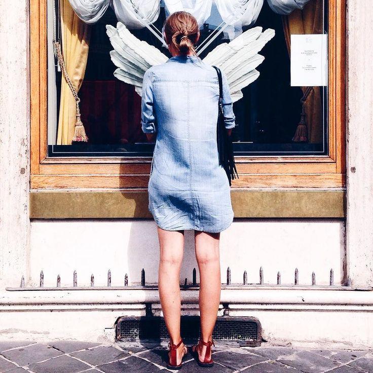 """525600 minuti questo è il tempo che ho passato con @instagram forse troppo ma finché mi divertirò vi tedierò  Ogni carpe diem secondo minuto è riportato qui.  Questa per chiudere l'anno ad esempio è la volta che fermai con la solita faccia da """"Carletto stolker""""  una signora in pieno centro Roma...la vidi davanti alle ali della scultura di un bar e pensai...che bella foto verrebbe se.  Tac ecco qui il risultato.  Del fatto che si finse straniera quando era Romana doc e mi chiese in romanesco…"""