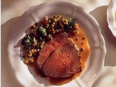 Découvrez la recette Cuissot de chevreuil rôti, sauce poivrade sur cuisineactuelle.fr.