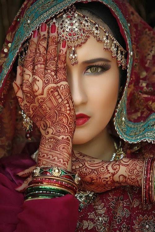 """""""Elle avait les yeux bordés d'antimoine, les mains enluminées de henné, les pieds aussi; ses talons rougis par la peinture, «ressemblaient à deux oranges»."""" Une année dans le Sahel (1858)"""