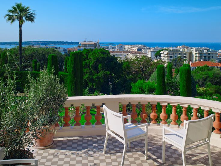 Located in a quiet residential area of #Cannes , Californie district, 5 minutes drive from the shops, the beach and the #Croisette