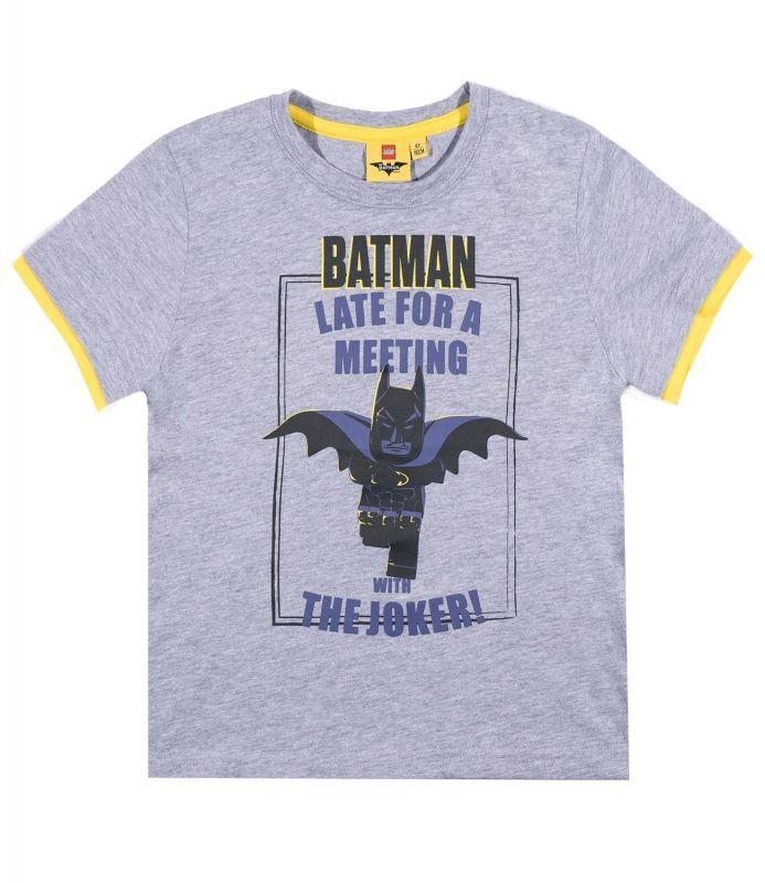 Batman haast zich op jouw t-shirt naar een ontmoeting met The Joker om een strijd uit te vechten, net als in de Lego Batman film. Ben je groot fan van Batman en de Lego film en series dan is dit een heel cool shirt! Lego Batman koop je bij Superhelden-kinderkleding.