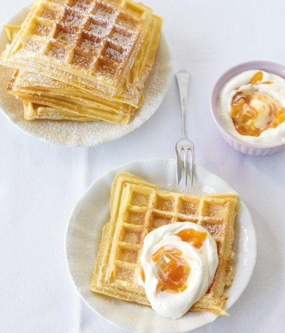 Buttermilchwaffeln mit Aprikosensahne: Buttermilch macht den Teig schön locker und die Aprikosensahne schmeckt lecker frisch und fruchtig. Wer kann schon zu Waffeln nein sagen?