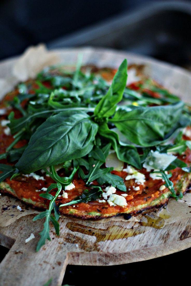 [ Enkel zucchinipizza ] { Botten } 1 zucchini / 1 ägg / 4 msk mandelmjöl / 4 msk riven ost / 1 tsk salt / nymalen svartpeppar. Riv zucchinin i skål. Ställ skålen max 1 min i micro – ett knep att få ut väskan – el vrid ur allt, det blir godast så. Ugn 220 grader. Lägg i resten av ingredienserna. Platta ut på oljad plåt el bakåplåtspapper, förgrädda ca 6-8 min. { Fyllning } Lägg på såsen + fetaost. Toppa m ruccola + parmesan.