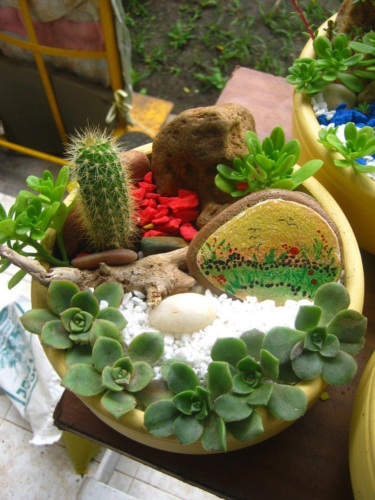 Mini jardin con piedra pintada jardines pinterest for Jardines decorados con piedras