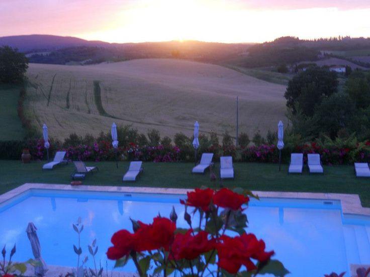 Uno dei meravigliosi tramonti all'agriturismo romantico Taverna di Bibbiano. Vista sulla bella e ampia piscina dell'agriturismo e sui campi di grano o di girasoli (dipende dalle annate) dell'agriturismo. San Gimignano sullo sfondo.