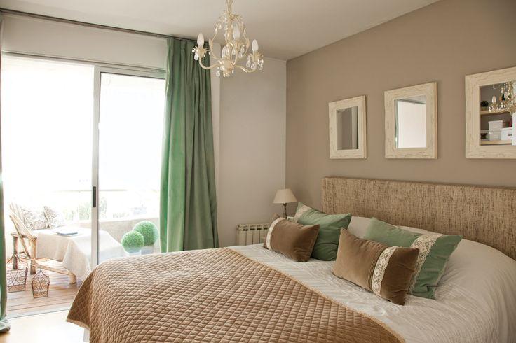 Dormitorio romántico en tonos marrón y verde agua en un departamento chico en San Fernando. Foto: Javier Csecs