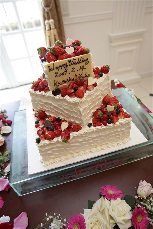 030 四角の3段ケーキはとってもスタイリッシュになります。