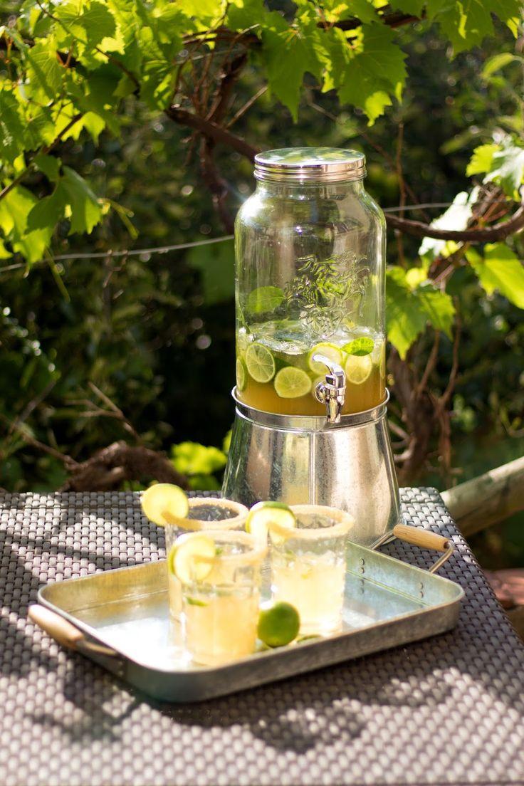 Cocktail-Time Mojito Mojito-Bowle  150 ml frisch gepresster Limettensaft, 150 g brauner Zucker, 100 ml weißer Rum, 5 Bio-Limetten, 1 Bund Minze, 2 Flaschen Prosecco, zerstoßenes Eis